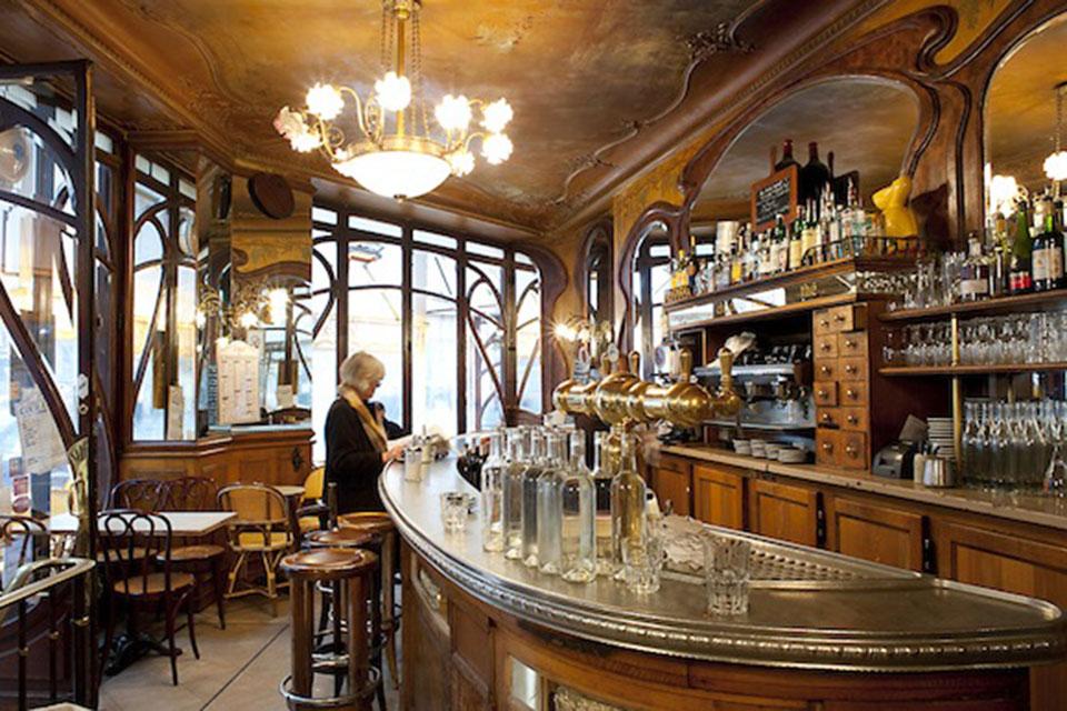 Interiorismo y sillas de madera. Descubre las sillas de madera que te recordarán el ambiente acogedor de los cafés parisinos. Déjate seducir...
