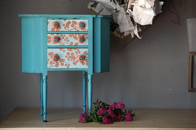 Mueble con papel pintado recuperado