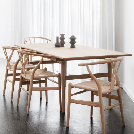 WEGNER ROBLE Silla estilo nórdico de madera y fibra natural trenzada. Encuéntrala en MisterWils. Más de 4000m² de exposición y almacén.