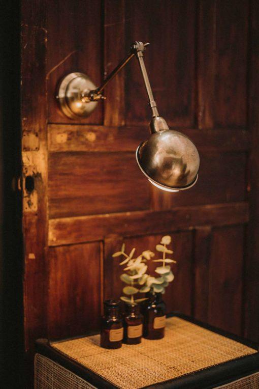 HILTON ORO Aplique de pared estilo industrial. Estructura de acero con brazo articulable. Color dorado.