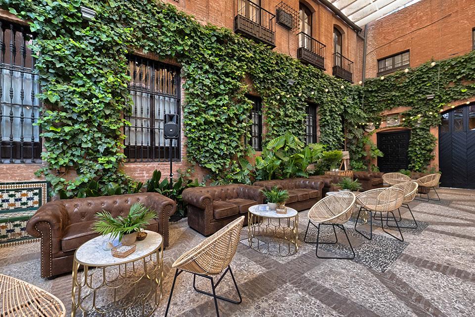 Una zona chill out al estilo Mid Century para tu boda vintage. En MisterWils somos expertos en decoración y proyectos de interiorismo