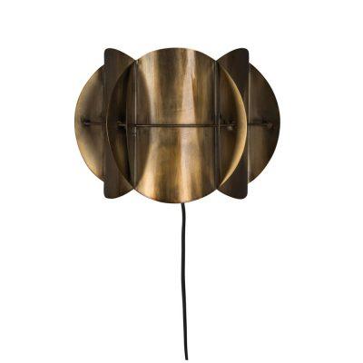 CORRIDOR BRASS Aplique de pared estilo Mid Century en metal latonado. Encuéntralo en MisterWils. Más de 4000m² de exposición y almacén. Aparadores, Cartelería artística, Complementos, Estantes, Iluminación, Mesas, Outlet, Plantas Artificiales, Sillas, Sofás y bancos, Taburetes, Ventilación.