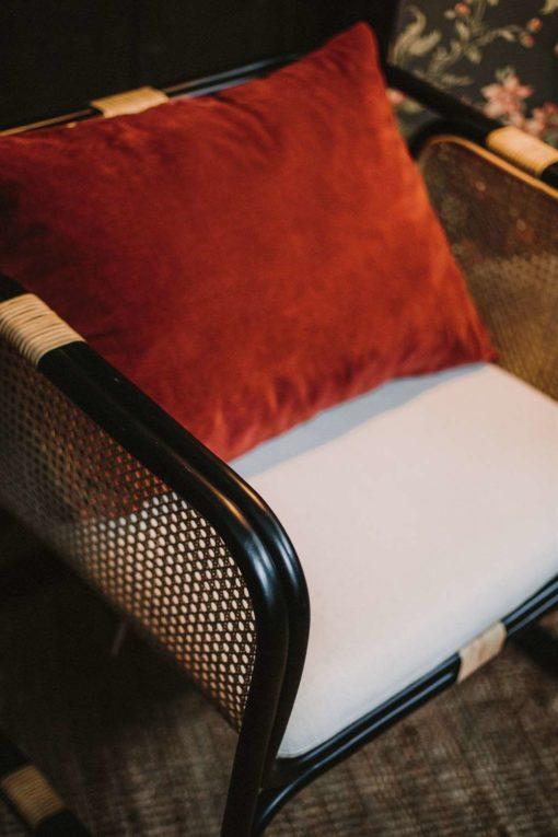 LATITUDE NEGRA Butaca con asiento y respaldo en rattan natural, color negro. Encuéntralo en MisterWils. Más de 4000m² de exposición y almacén. Aparadores, Cartelería artística, Complementos, Estantes, Iluminación, Mesas, Outlet, Plantas Artificiales, Sillas, Sofás y bancos, Taburetes, Ventilación.
