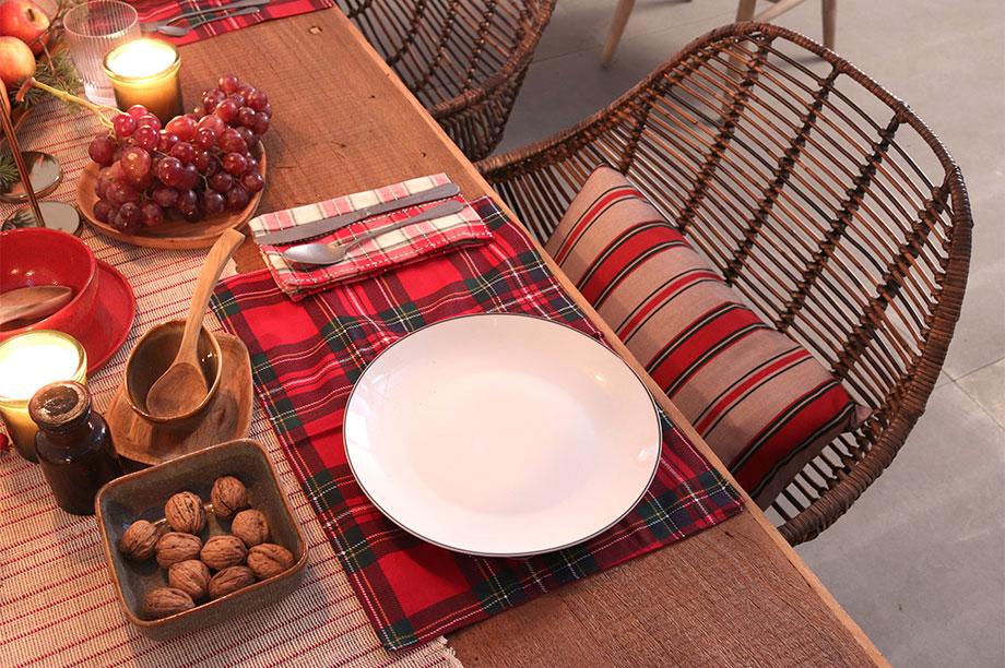 Mesas de Navidad con rayas, tartán y rattán