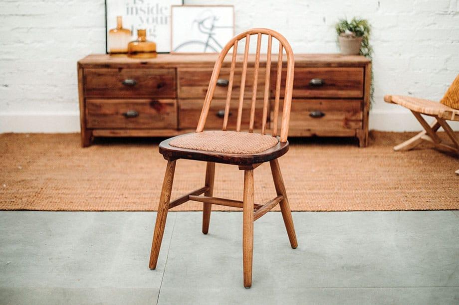 La tendencia está en las sillas de madera con curvas
