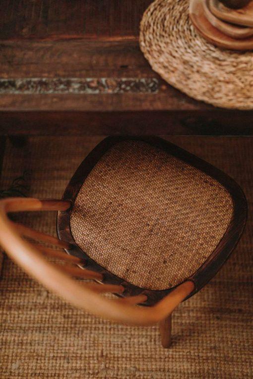 APPLE Silla estilo Windsor/ Ercol fabricada en madera maciza de olmo. Asiento tapizado en rattan natural. Encuéntrala en MisterWils. Más de 4000m² de exposición y almacén. Aparadores, Cartelería artística, Complementos, Estantes, Iluminación, Mesas, Outlet, Plantas Artificiales, Sillas, Sofás y bancos, Taburetes, Ventilación.