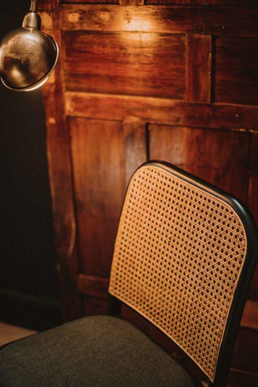 CLIPPER VERDE Silla de madera curvada y rejilla de enea. Encuéntrala en MisterWils. Más de 4000m² de exposición y almacén.