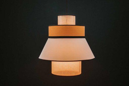 CARDIGAN AMARILLA Lámpara de techo fabricada en rejilla de enea y textil. Encuéntrala en MisterWils. Más de 4000m² de exposición y almacén.