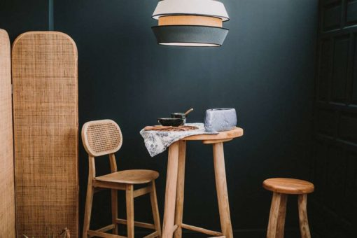 MADELEINE AZUL Lámpara de techo fabricada en rejilla de enea y textil. Encuéntrala en MisterWils. Más de 4000m² de exposición y almacén.