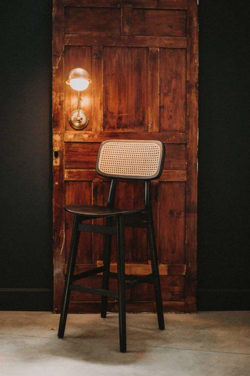 BRISBANE NEGRO Taburete alto estilo Bistró de madera y rattan. Encuéntralo en MisterWils. Más de 4000m² de exposición y almacén.