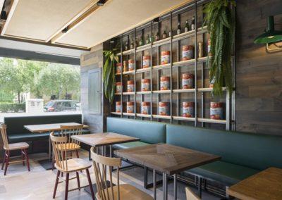 Renovación de la Pizzería Al Gusto Tapas por CM4. Una vez más, el estudio de arquitectura CM4, especializados en restauración y retail, lleva a cabo con éxito un proyecto de renovación de un restaurante y cuenta con los muebles de MisterWils para la decoración del mismo.