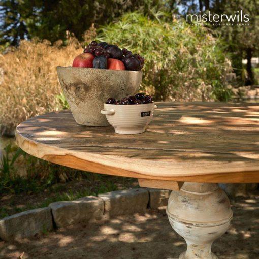COMMUNITY Mesa común de madera con tapa circular realizada en madera de 4 cm de espesor y pie torneado.