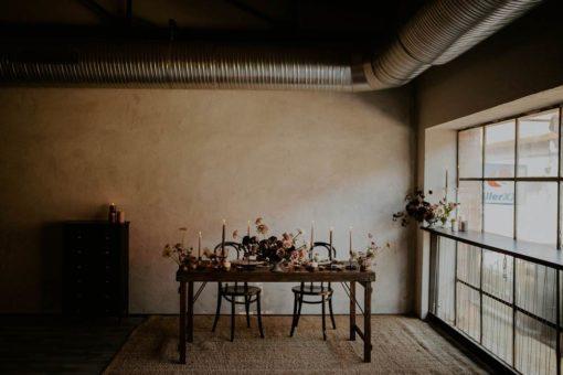 Mesa estilo vintage de madera tropical. Encuéntrala en MisterWils. Más de 4000m² de exposición y almacén. Aparadores, Cartelería artística, Complementos, Estantes, Iluminación, Mesas, Outlet, Plantas Artificiales, Sillas, Sofás y bancos, Taburetes, Ventilación.