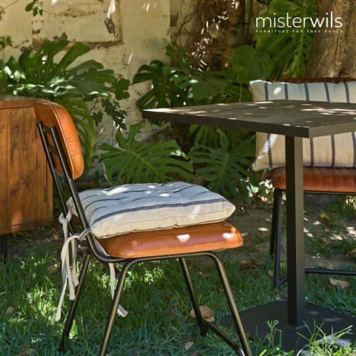 DESIRE Silla estilo industrial-vintage con estructura tubular de acero acabada en negro y asiento y respaldo tapizados en piel de cabra (puede variar el tono según la partida).