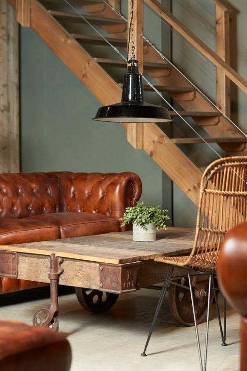 CUTTY Mesa baja estilo industrial fabricada en madera con remates en acero y ruedas de vagoneta.
