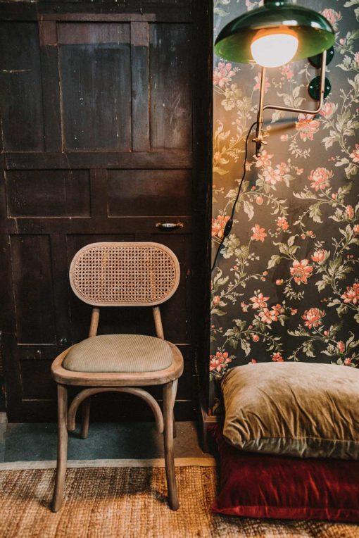 SENDAI Silla estilo vintage-bistró fabricada en madera maciza de olmo y fibra natural de enea. Encuéntrala en MisterWils. Más de 4000m² de exposición...