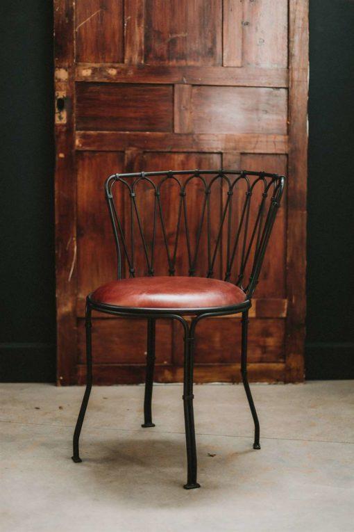 VILETTE CARAMEL Silla de acero estilo vintage con asiento de piel. Encuéntrala en MisterWils. Más de 4000m² de exposición y almacén