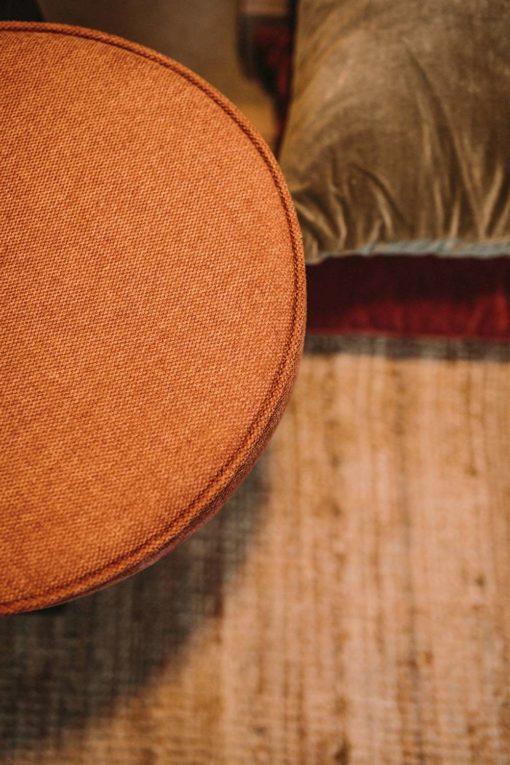 ZAFIRO NARANJA Silla estilo Mid Century de acero tapizada en textil loneta. Encuéntrala en MisterWils. Más de 4000m² de exposición y almacén. Aparadores, Cartelería artística, Complementos, Estantes, Iluminación, Mesas, Outlet, Plantas Artificiales, Sillas, Sofás y bancos, Taburetes, Ventilación.