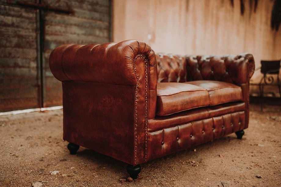 vista lateral de sofá chester con capitoné