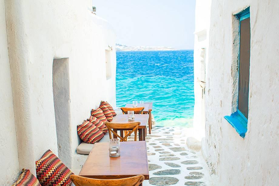 mobiliario de terraza junto al mar