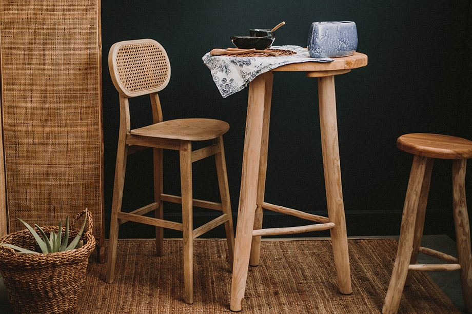 taburetes de madera con respaldo y sin respaldo