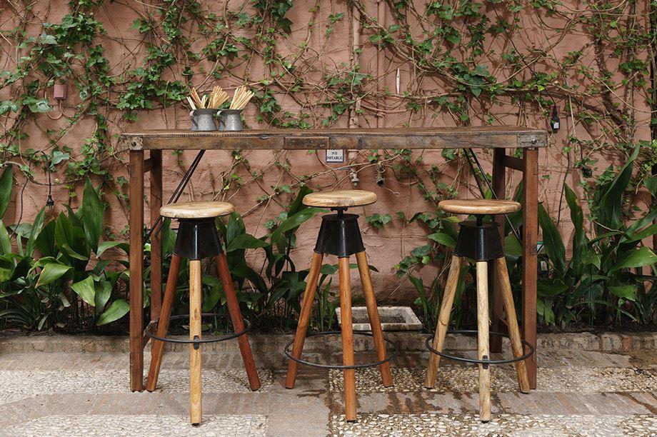 taburetes altos de madera y metal