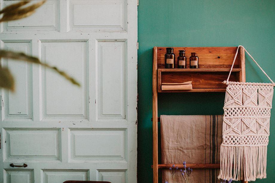 estantería multiusos junto a la puerta del salón