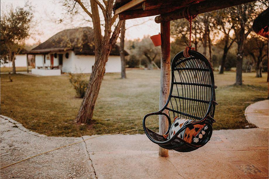 silla colgante como idea para llenar un rincón