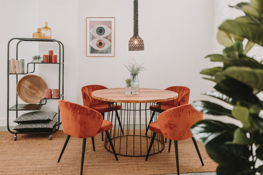 estancia con mesa de madera redonda, 4 sillas, lámpara colgante y estantería