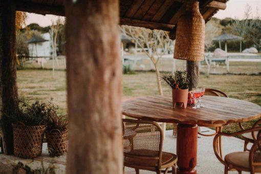 AMBER MANGO Mesa de comedor de madera de mango torneada. Encuéntralo en MisterWils. Más de 4000m² de exposición y almacén.