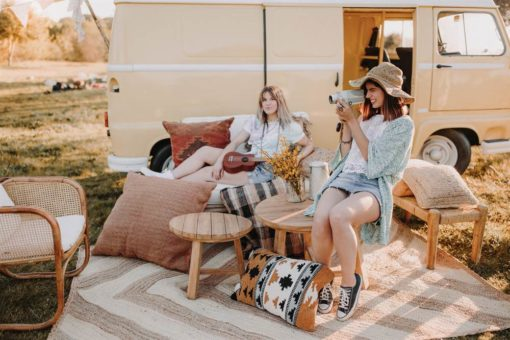 CLEMENT Banco estilo étnico fabricado en madera de mango con asiento de cuerda natural trenzada. Encuéntralo en MisterWils. Más de 4000m² de exposición...