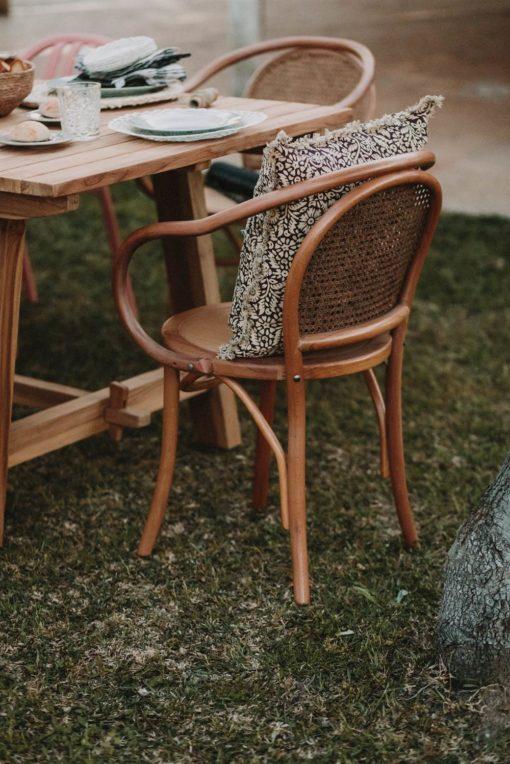 NAMIKA Mesa de comedor estilo rústico fabricada en madera de teka con tapa alistonada. Encuéntrala en MisterWils. Más de 4000m² de exposición.