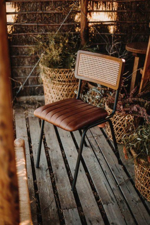 VANCOUVER Silla Industrial Vintage con asiento de piel y respaldo de rejilla. Encuéntrala en MisterWils. Más de 4000m² de exposición y almacén.