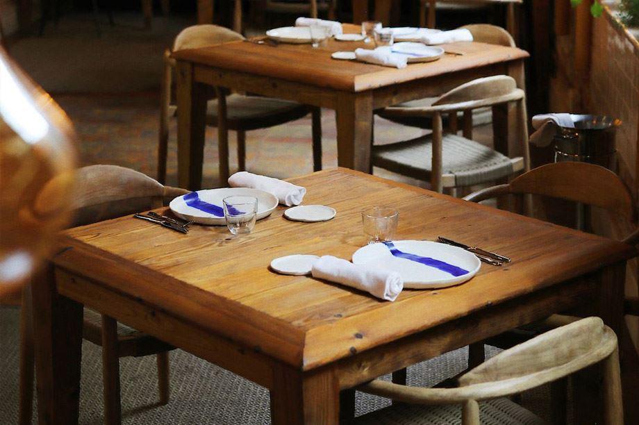 Mesa de restaurante sencilla y con pátina