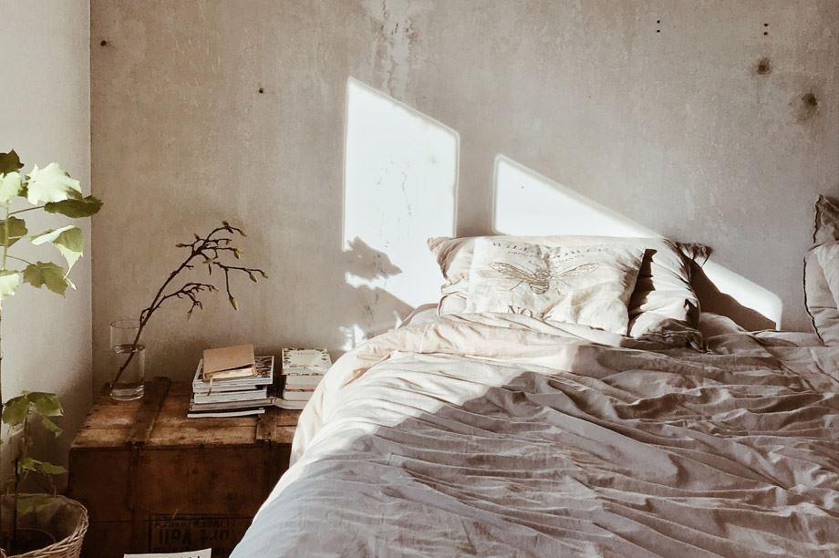 paredes estilo industrial en un dormitorio
