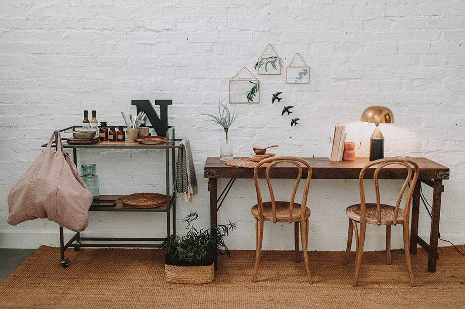 decoración con lámpara de mesa estilo industrial