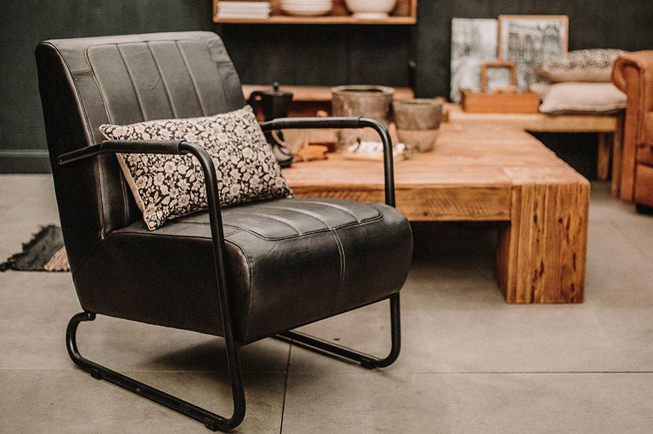sofá estilo industrial en un salón