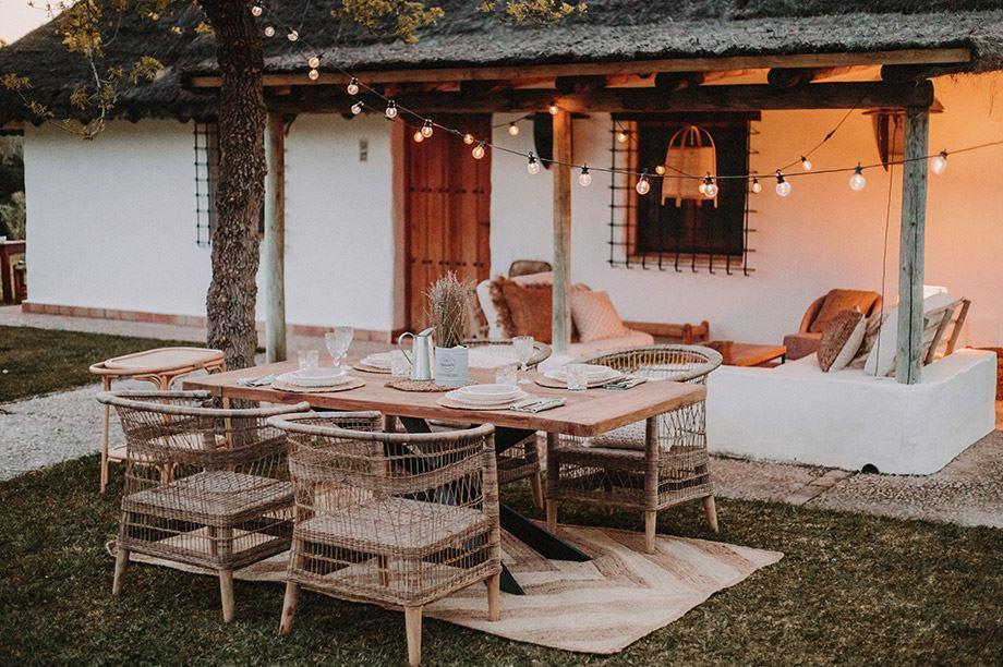muebles de fibras naturales en jardín