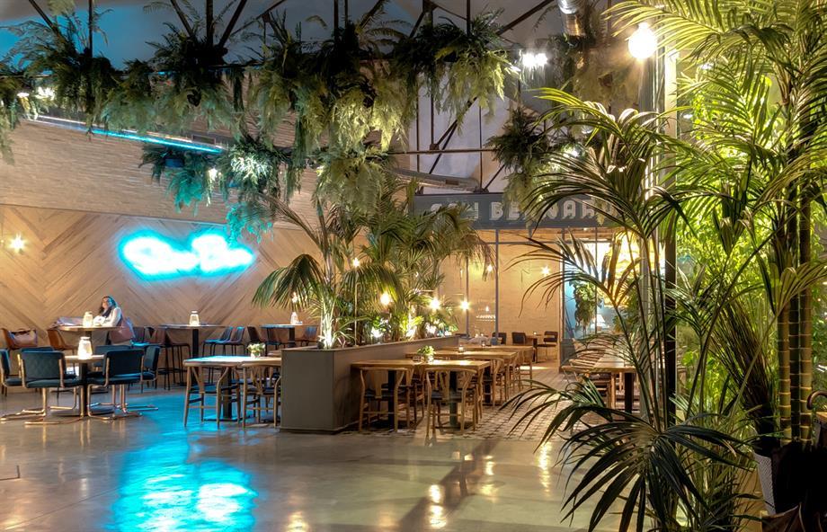 decoración de restaurante estilo tropical