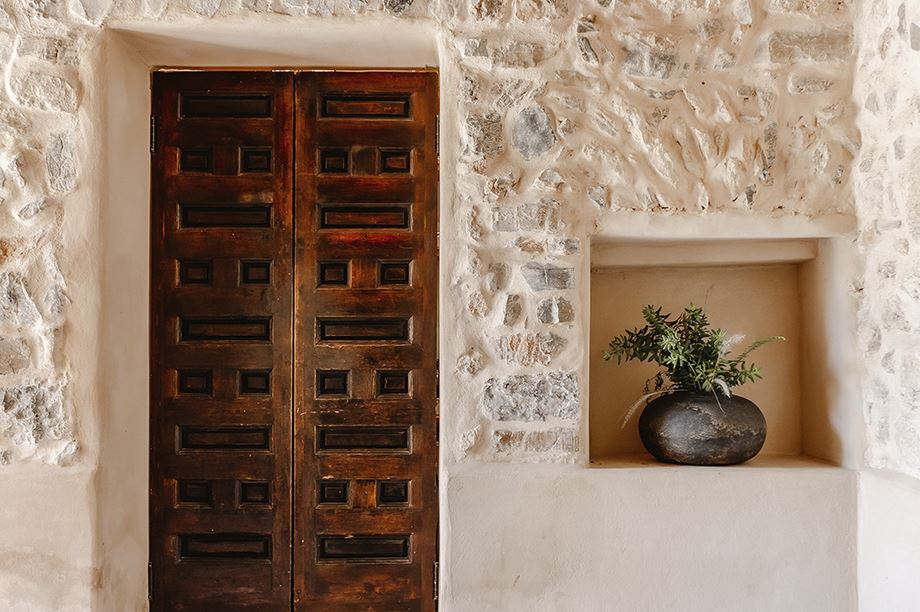 entrada de vivienda estilo rústico-mediterránea