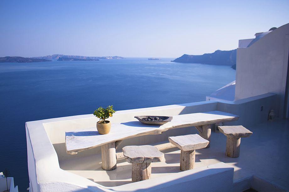 balcón estilo rústico-mediterráneo con vistas al mar