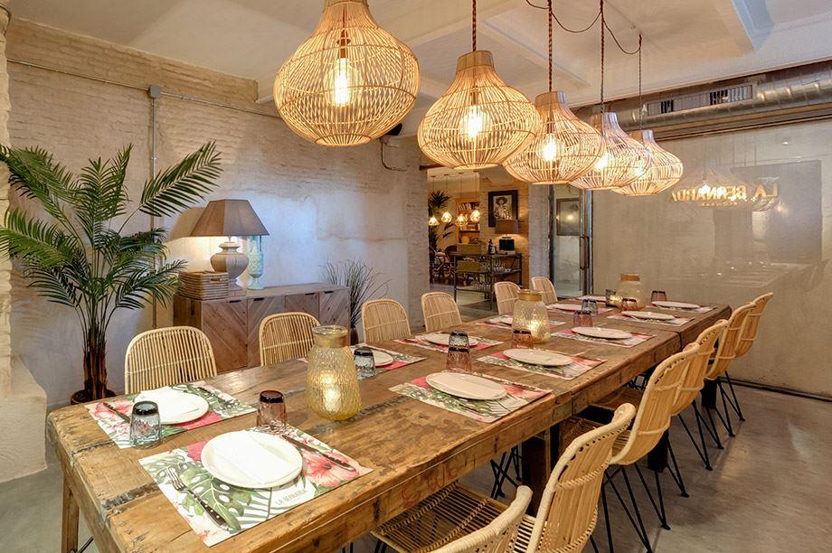 mesa de madera con lámparas nórdicas