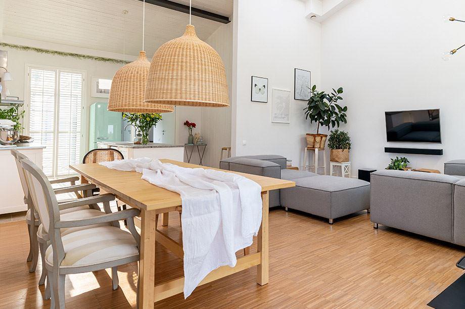 lámpara de estilo nórdico en comedor de un hogar