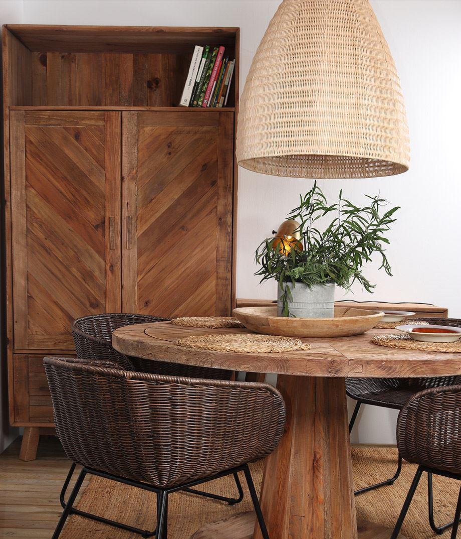 lámpara de estilo nórdico para iluminar hogar, salón con muebles de madera y lámpara